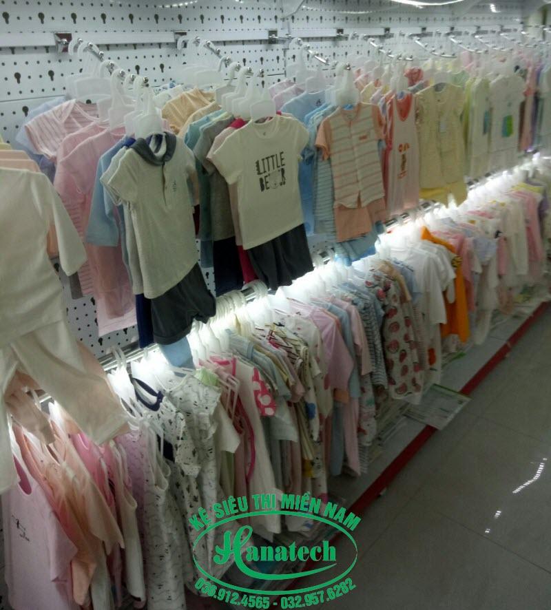Các mẫu kệ treo quần áo shop
